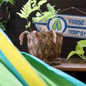 おうちハワイ - ベランダにハンモックとグリーンとハワイで買った看板で、気分はマノアのラナイです。