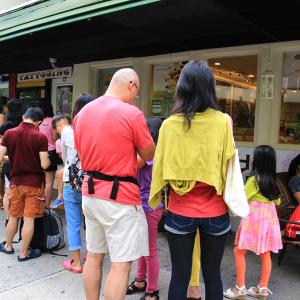 今のハワイは急激な観光客の増加で歪みが出ているらしいのです。お店もお客もどちらも苦しいって・・・。