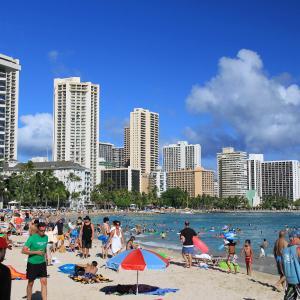 ハワイ・オアフ島の観光客数の削減を目指す計画が観光局で承認されたってどういうこと?