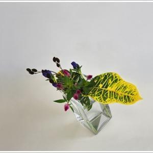 透明で傾いてる花器