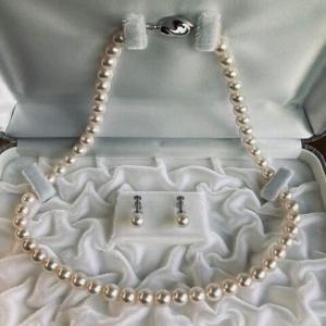 お嬢様へ、真珠のネックレスセットのプレゼント