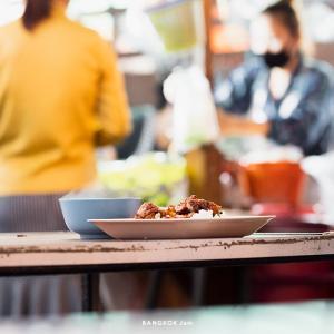 オフィス街の屋台ご飯、パヤタイ駅前の集合屋台でどっさりワンタン麺。