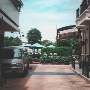 ワットアルンを眺める小さなカフェ、VIVI THE COFFEE PLACE。