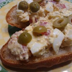 我が家の休日の朝食 ~妻の手作りフランスパンのオープンサンドウィッチ~