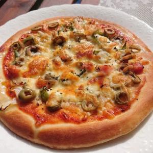 我が家の休日ランチ ~妻の手作りピザ・ドーナツ、赤ワイン~