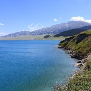 この引き込まれるような青い湖をみていると大自然の神秘を感じますね ~新疆・サリム湖にて~