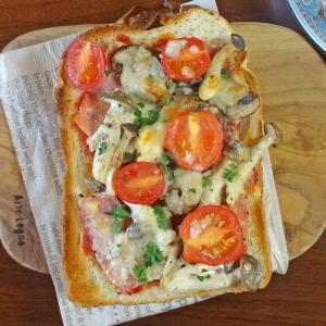 トマトとキノコマヨネーズソテーの厚切りピザトースト