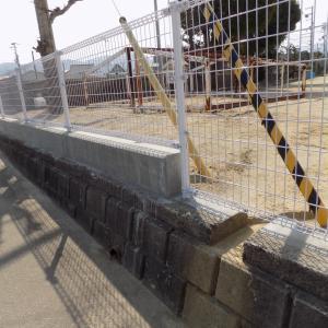 大西小学校のフェンス工事を見て・・・