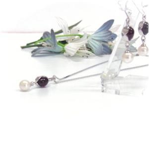 2つのカラーストーンに真珠をあわせたオリジナルペンダントとピアスです。