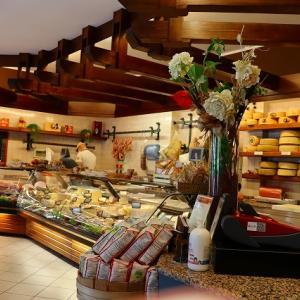 イタリア ヴェローナ郊外の地元人気チーズ&ハムショップ