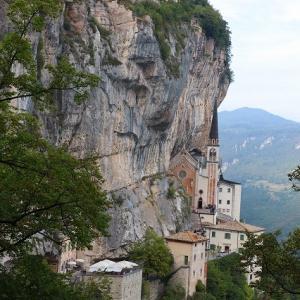 断崖に建つ教会 マドンナ ディ コロナ サンクチュアリー in イタリー