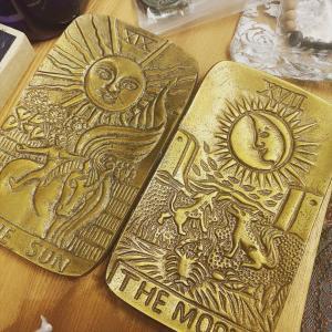 SUN&MOON のゴールドなお皿。