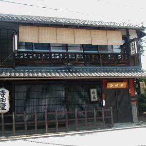 坂本龍馬と三吉慎蔵が伏見の寺田屋で、伏見奉行所の捕り方に踏み込まれる