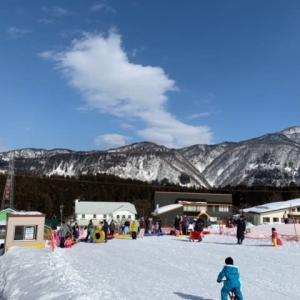 そり遊びにスキー場へ