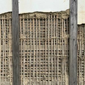 ■直すことを前提につくられている土壁と必要な「人の手」 /Earthen walls are built to be cured and manpower