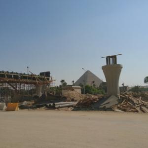 道路建設、ピラミッドが見えなーい