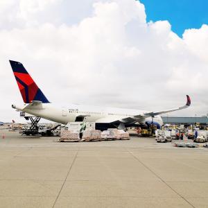 デルタ航空メインキャビンでウェルカムカクテルも、サービス一新。
