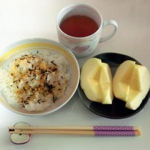 ふりかけご飯で朝ごはん、焼き飯の仕上げに大葉も入れました。