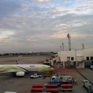 ドンムアン空港へは一般道で。チェンマイへは、タイライオンエアで。