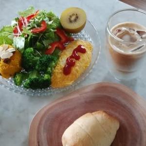 バターロールでお昼ご飯♬.*゚
