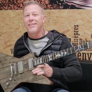 ジェイムズ・ヘットフィールド、バンド初期に使用したガレージの廃材を使った新ギターについて語る。