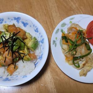 サーモンアボカド丼、鶏なんこつの南蛮漬。