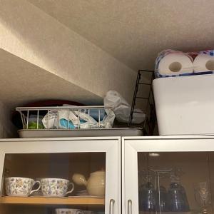 食器棚の上を整理