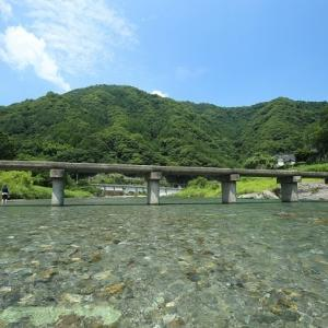 清流・穴吹川に架かる潜水橋より