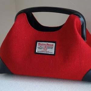 ニューム口金のハンドバッグ:ハリスツイードの赤で
