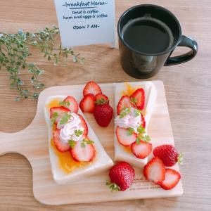 【朝ごはん】手作りマーマレードと苺で。