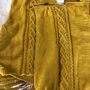 初めてのセーターを編まれています!