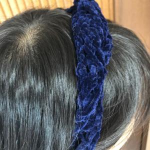 秋のモール糸でヘアーカチュームをケーブル編みを編みました♪