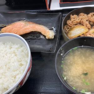 今日のランチは、大好きな吉野家の牛鮭定食♪