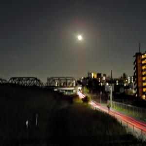 月と一緒の帰り道