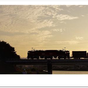 夕暮れの神崎川橋梁を行く