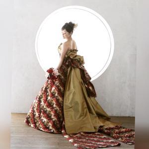 ワインカラーの落ち着いたAラインドレス。帯トレーンが長く華やか