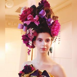 華やかなヘアスタイル、モデル、会場、ドレスが華やぐ要素は重要