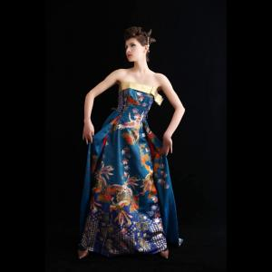 ピーコックブルーのカラードレスは写真を撮るたびに色の変わるドレスでした