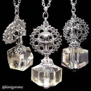 バラ窓の下の十字架小瓶ネックレス