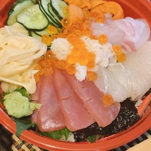人気の海鮮居酒屋「魚~ずまん」さんの海鮮丼&魚串盛り合わせで昼から一献