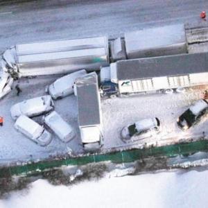 東北道多重事故 1人死亡11人搬送 暴風雪、約130台立ち往生 / 毎日新聞