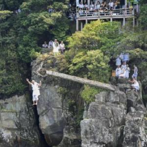 琵琶湖で僧侶「棹飛び」 滋賀・伊崎寺  / 産経フォト