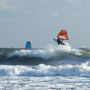 強風下のウィンドサーフィン