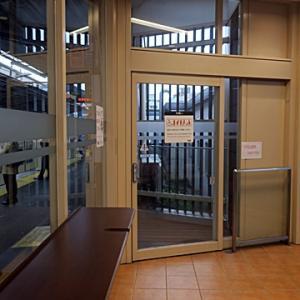 【駅では今日も・・・・】待合室直行となりました。