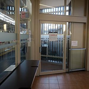 【西武線事故の影響とかで遅延気味の様で・・・】待合室行となりました