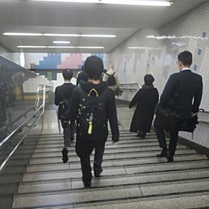 【駅では人が・・・・】多いような少ないような・・・