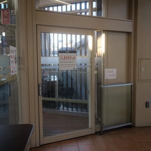 【駅に着くと休日恒例の】待合室行となりました。