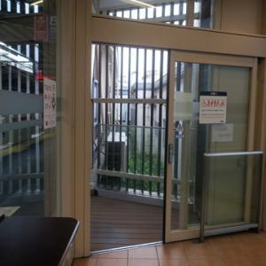 【駅に着いたら休日恒例の・・・・】待合室行でありました。