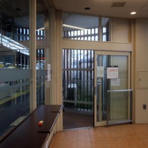 【駅では休日恒例の・・・・】待合室行となりました。