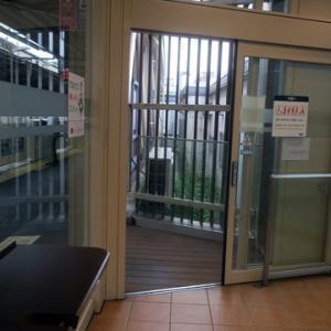 【駅では今朝も待合室行】であります。